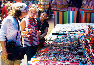 Marché forain Can Cau Destination multicolores de Lao Cai